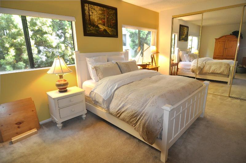 Chambre des maîtres avec bébé lit chambre, spacieuse salle de bain complète et TV cablée Hugh