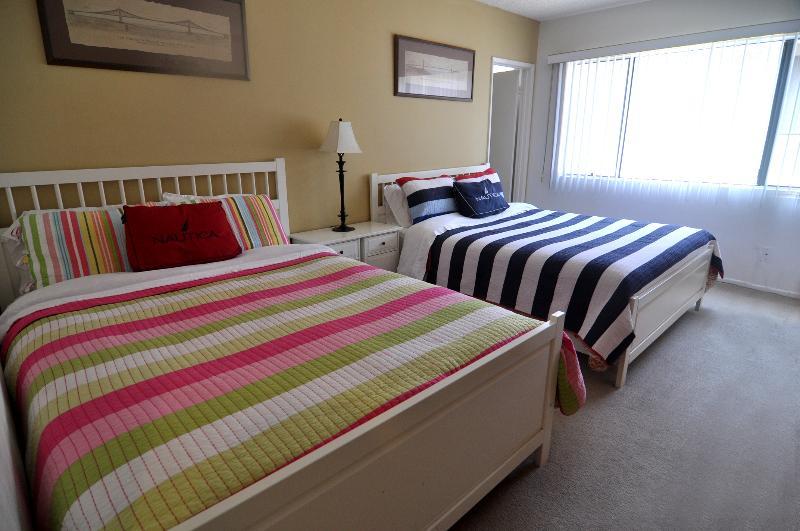 2ème chambre, 2 lits queen size avec TV et salle de bains pleine grandeur.