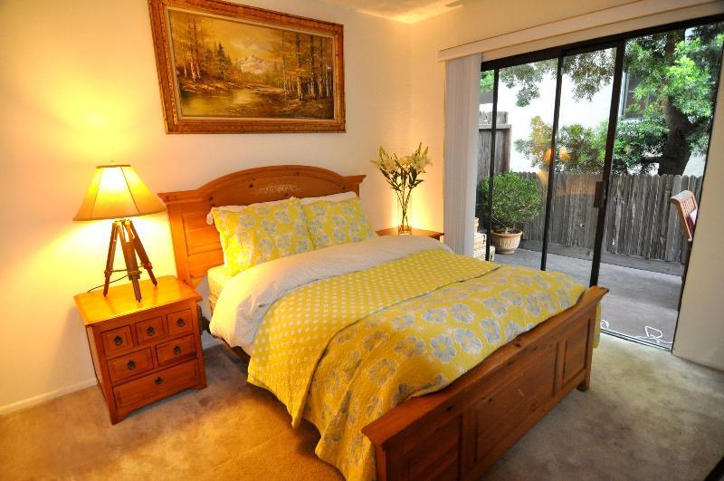 Ne confortable 3 chambre à coucher avec lit queen-size sur le rez de chaussée avec bain aucuns escalier pour grand-maman.