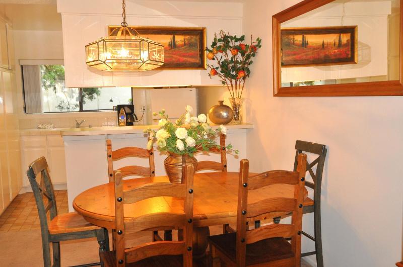 Grande salle à manger avec lourd solide rustique pin à manger ensemble.