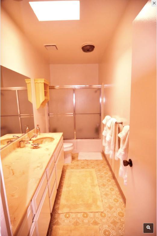 Spacieux bain du maître avec la lumière du ciel, 2ème salle de bain est également de bonne taille.