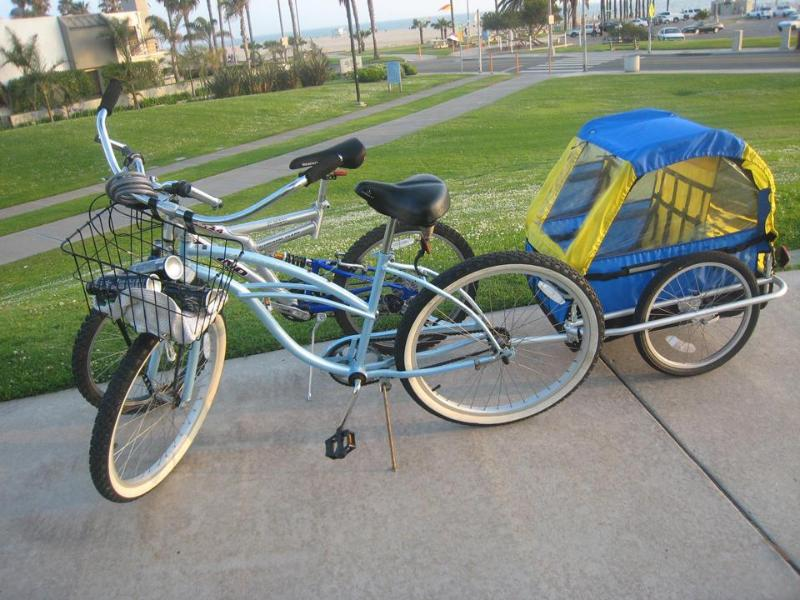4 croiseurs de plage adulte + vélo de l'enfant dans le garage avec des jouets de wagons, sable, boogieboads