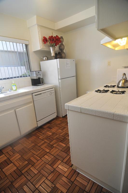 nouveau plancher en bois de teck dans la cuisine, vous pouvez demander si vous avez besoin d'éléments de cuisine plus