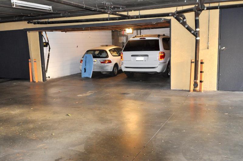 1 voiture à l'intérieur du garage, un autre extérieur par le mur, total 2 stationnement