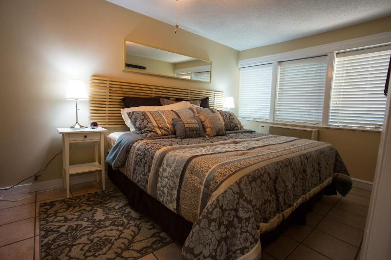 Master-Schlafzimmer mit luxuriösen Kingsize-Bett