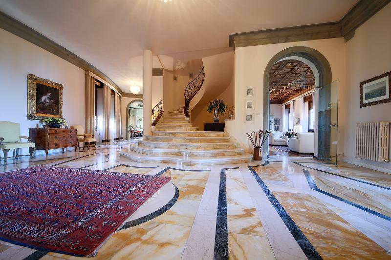 Luxury 5 bedroom villa near Arezzo in Tuscany, holiday rental in Castelveccana