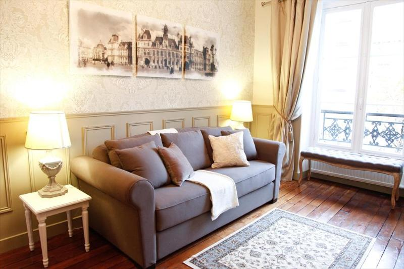 LE TRIOMPHE ELYSEES: COMFORTABLE COUCH BED: Opens To Become Bed For 2 More Guests !