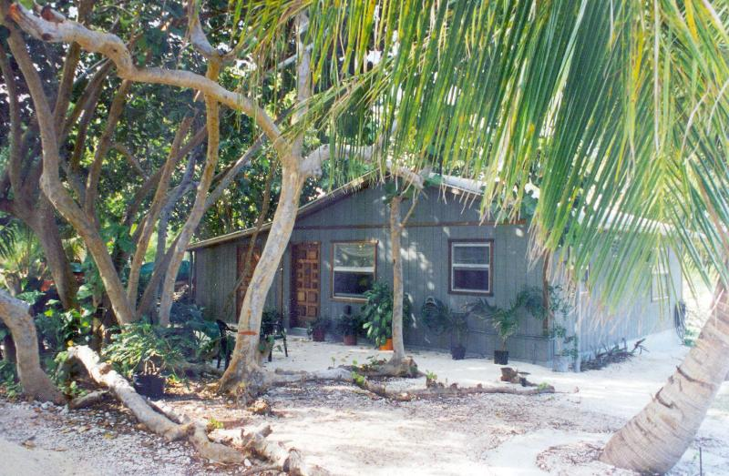 CAYMAN COTTAGE - on the 'Golden Mile' fabulous, sandy beach with great swimming!, Ferienwohnung in Little Cayman