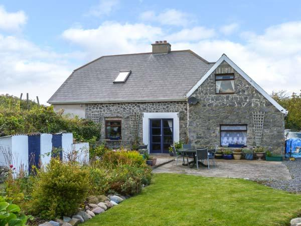 THE OLD SCHOOL HOUSE, quirky, character, open fire, garden, bay views – semesterbostad i County Mayo