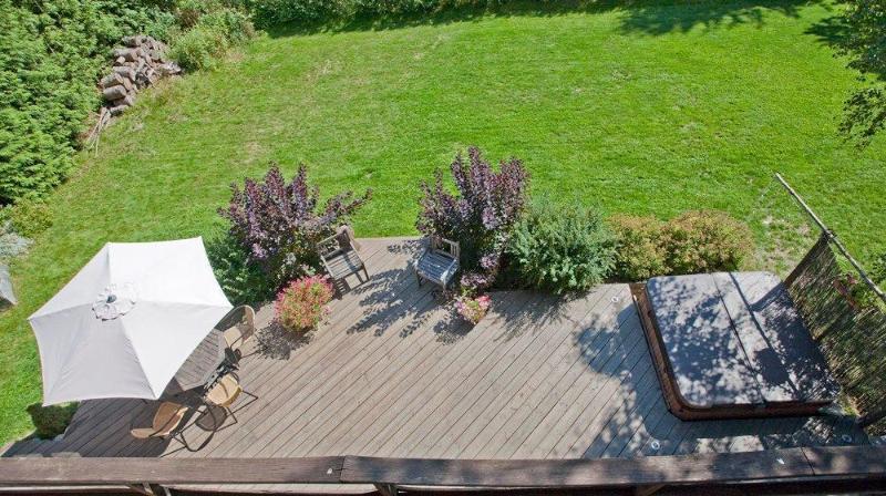 Garden deck with hottub/jacuzzi