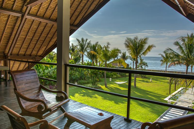 Spacious Luxurious Bali style Beach Villa featuring 4 stylished bedrooms & staff – semesterbostad i Buleleng Regency
