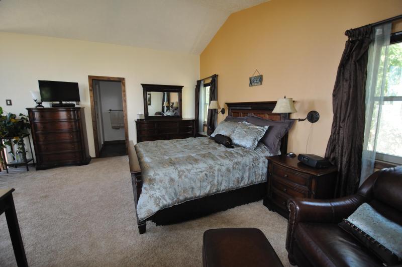 Dormitorio principal con cama queen size y cómodos colchones viscoelásticos