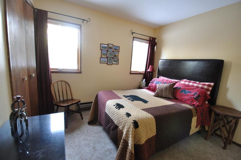 Segundo dormitorio con colchón de espuma de memoria y cama tamaño completo