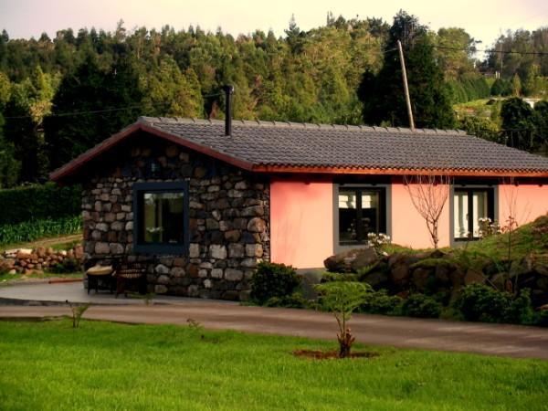 Little country cottage, quiet walk to golf SEEPS 3, vacation rental in Santo da Serra