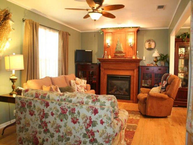 Among the Pecans- Hot Tub, Sleeps 8, Near Wineries, vacation rental in Fredericksburg