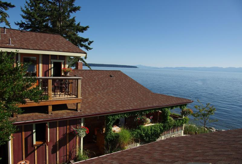 Blitz Beach House Oceanfront Retreat, Powell River near Lund, vakantiewoning in Sunshine Coast