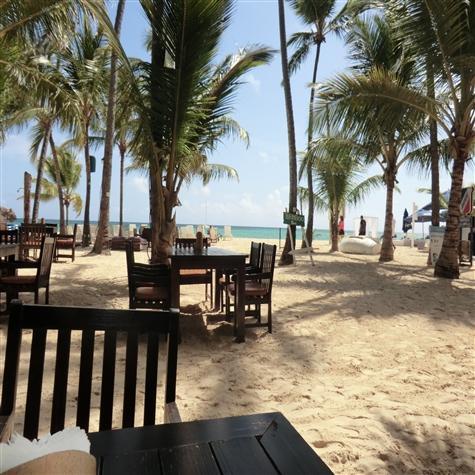 Uitzicht vanaf bamboe strandbar