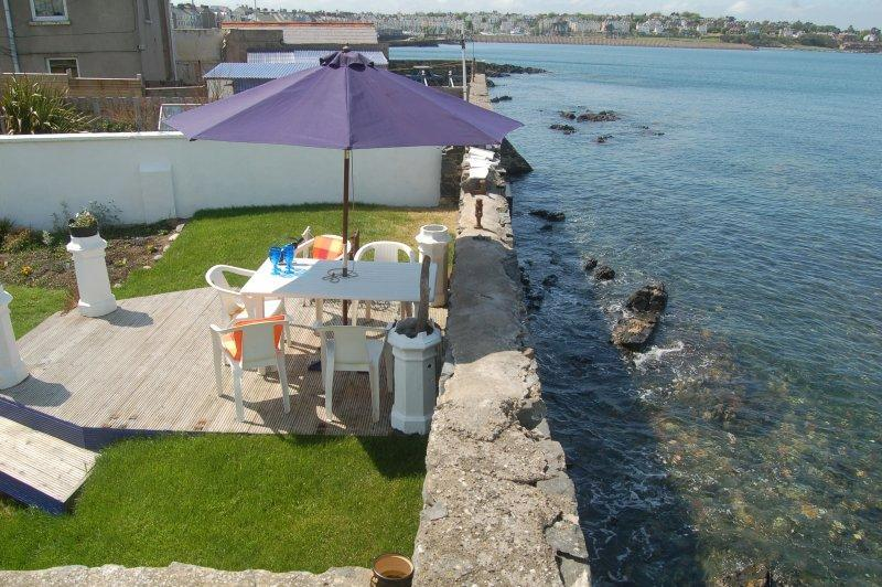 Sea lapping back garden with  panoramic sea views!, location de vacances à Newtownards