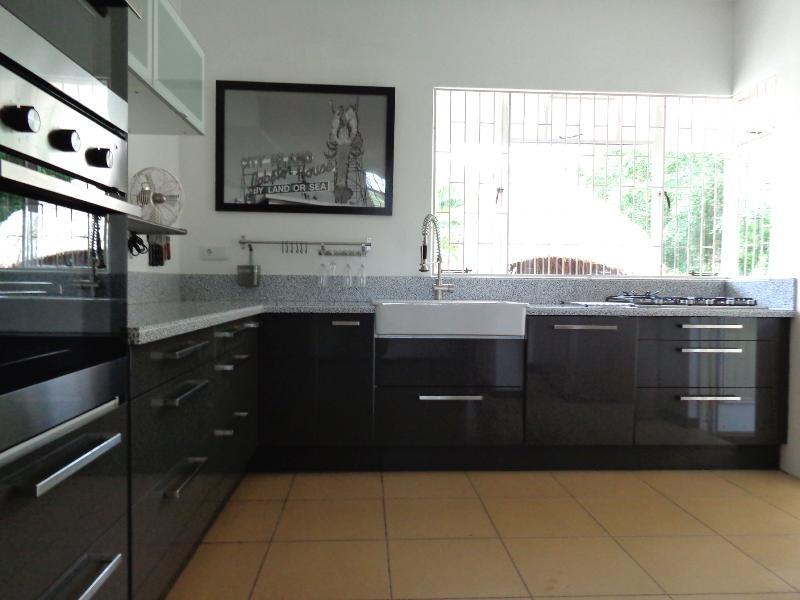 Cuisine : la villa dispose d'une cuisine de luxe avec lave-vaisselle, réfrigérateur américain, four, four micro-ondes et cuisinière