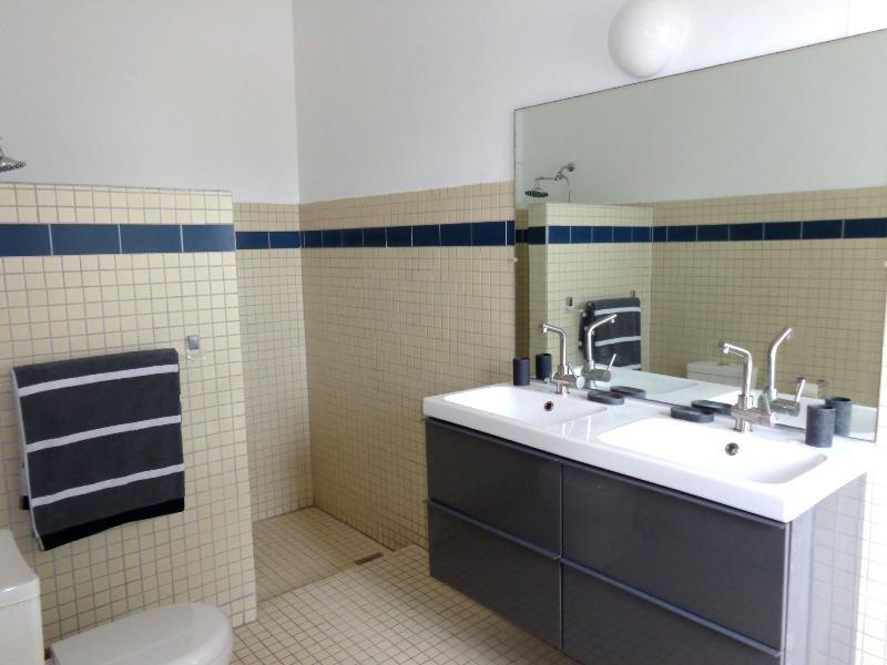Salle de bain 1: La villa dispose de 3 salles de bains avec douche à effet pluie, toilettes et sèche-cheveux