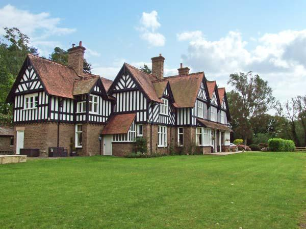BRYNGARTH, large house, spacious accommodation, 3 acres, in Much Birch Ref 5951, vacation rental in Herefordshire