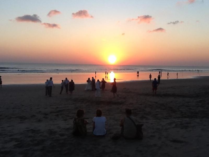 Hermosa puesta de sol en la playa de Petitenget
