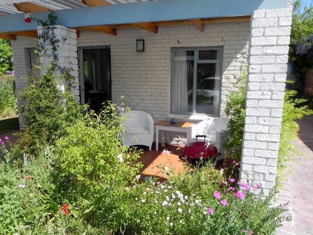 Le patio de chalet et barbecue Weber