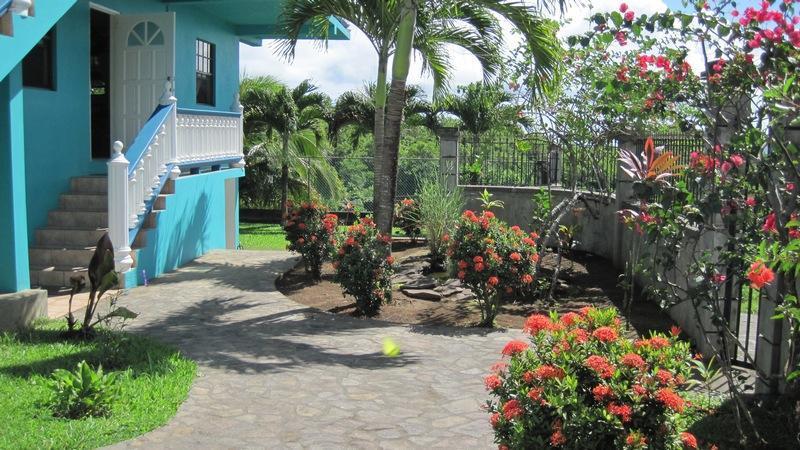 Jardins bem cuidados privados e jardins com vista para o mar.