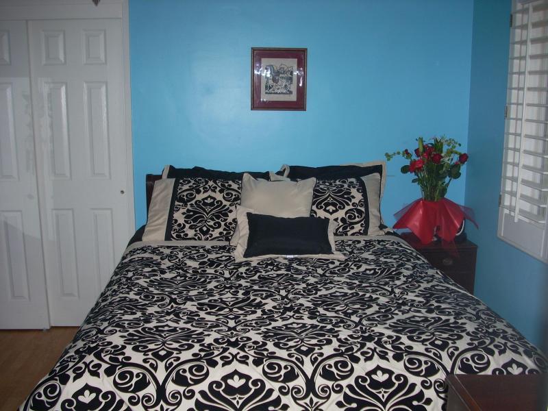 bedrom with queen bed