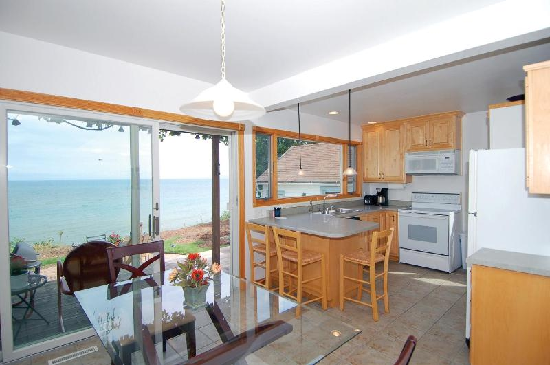 Lake Shore House on Lake Michigan! Dog Friendly!, location de vacances à Kohler