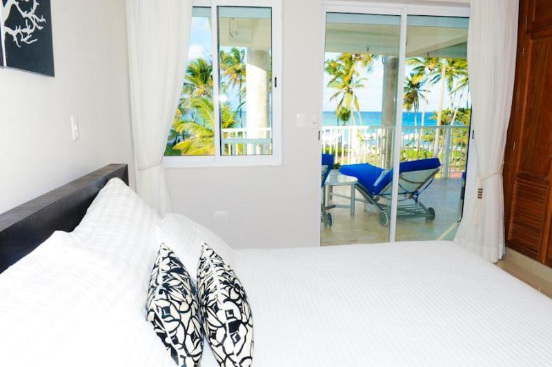 Beachfront Contemporary Condo + Maid Service, location de vacances à République dominicaine