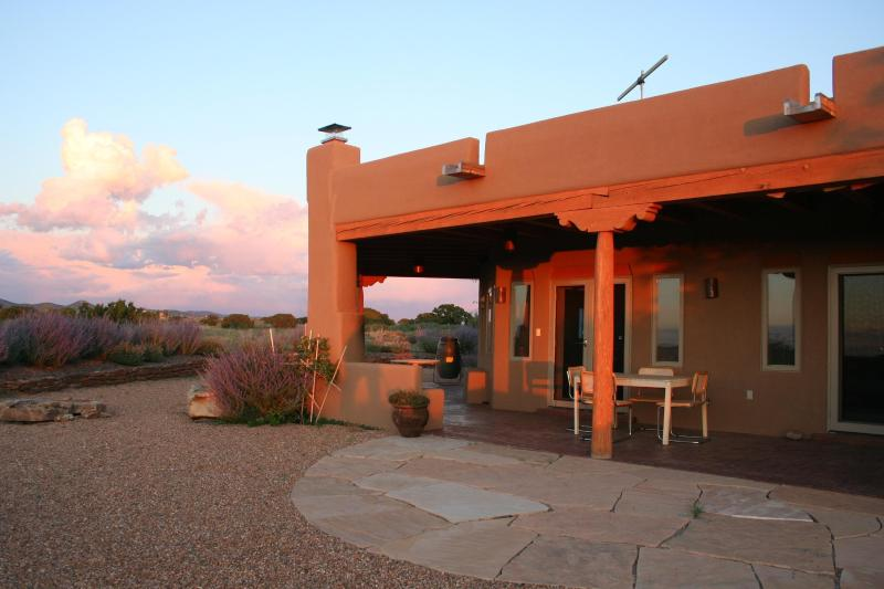 Beautiful Mountain Views Quiet Retreat in Santa Fe, holiday rental in Galisteo