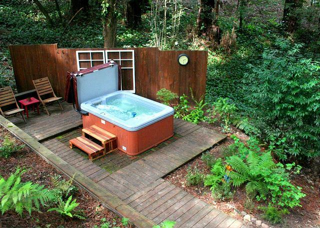 Little Red House! Hot Tub Walk to Golf Course/Dining!, location de vacances à Guerneville