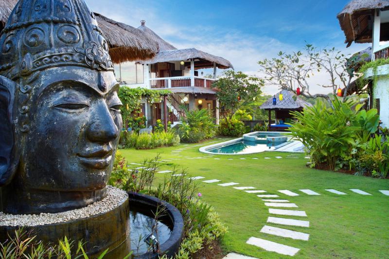 Nonas entrada cuenta con una escultura de Buda hecha a mano por el artista local y amigo, Raja.