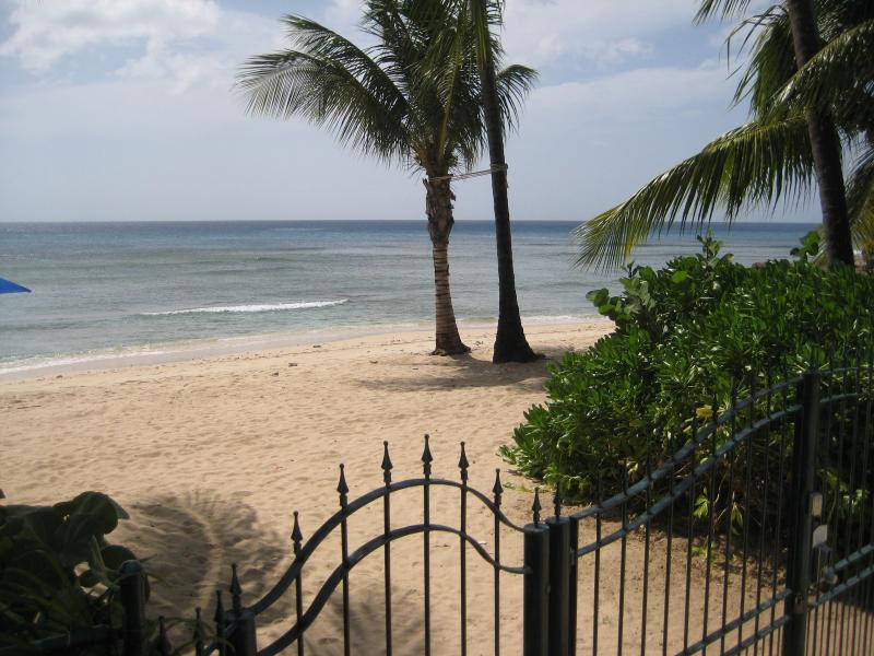 Schooner Bay 108 - Luxury 1 bed beachfront villa., location de vacances à Speightstown