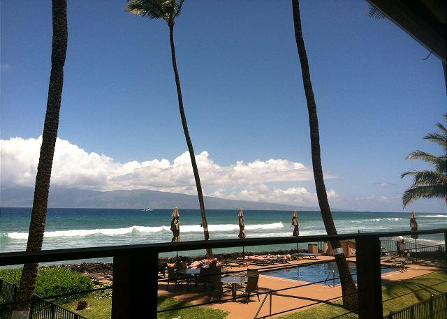 Comfortably Sleep up to 4 Adults in Our Blissful Oceanfront Condo!, vacation rental in Lahaina