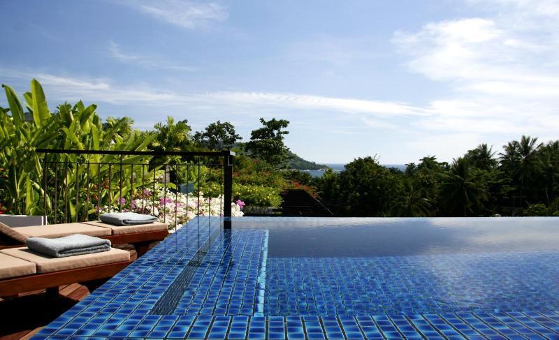 Capota piscina y jardín con hermosa vista