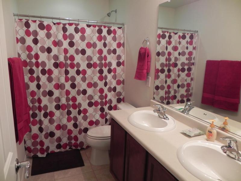 Segunda casa de banho com banheira & chuveiro
