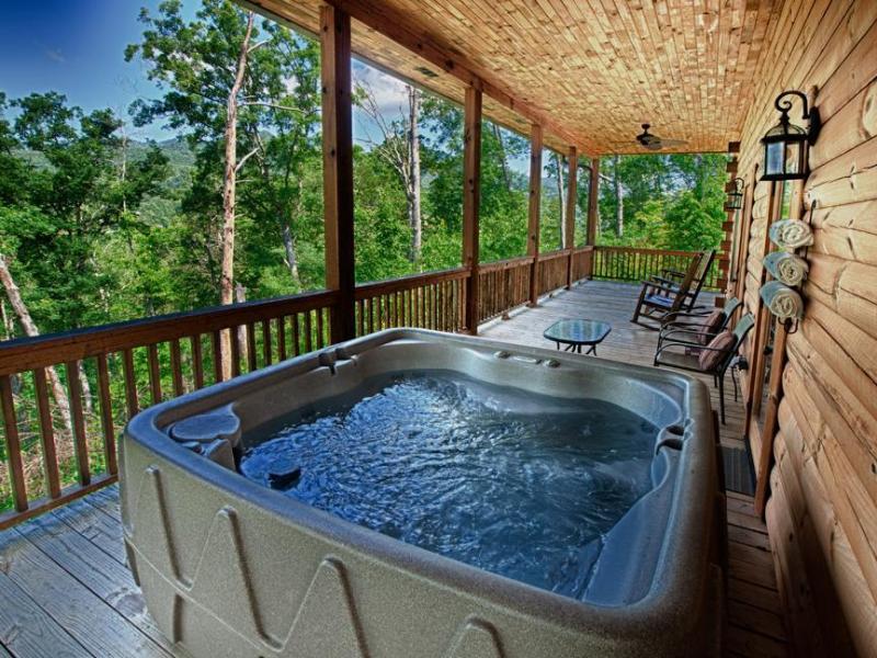 Rilassatevi nella vasca idromassaggio e godetevi la vista sulle montagne