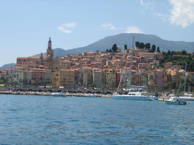 Vue de la vieille ville de la mer. La propriété est située sur la première ligne.