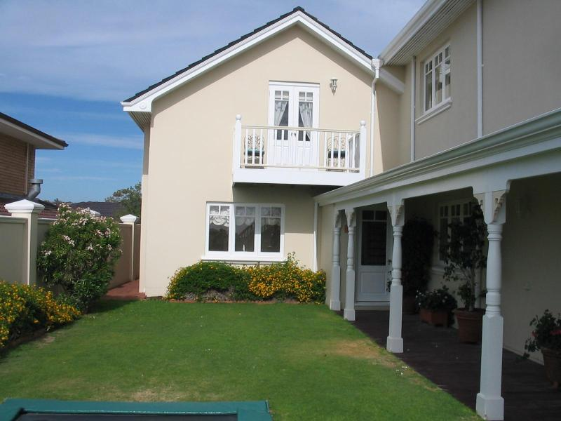 Sunset Lodge - self contained holiday apartment with  pool close to the beach, vacation rental in Connolly
