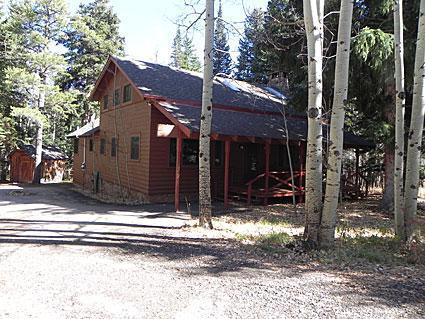 Vista lateral enclavado en una propiedad aislada y boscosa