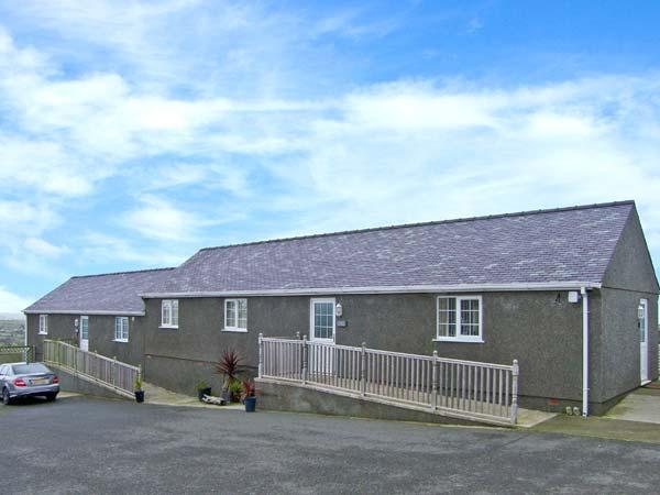 OAK single-storey, en-suite bathrooms, near to coast in Amlwch Ref 22497, vacation rental in Brynteg