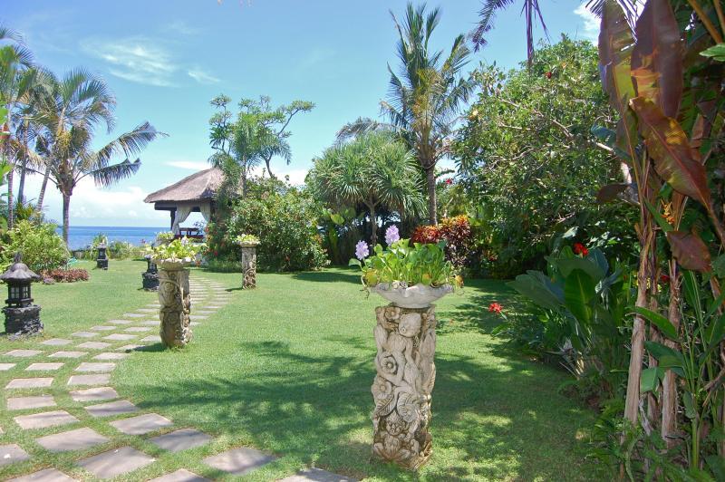 Tropical gazebo de jardin, à côté de la mer pour se détendre