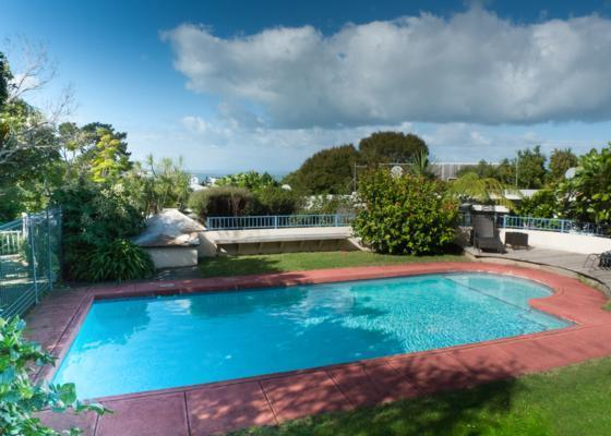 Stylish holiday home in quiet and natural bush, holiday rental in Auckland