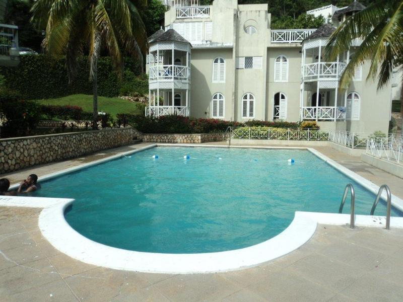 Ocho rios lux condo...free wi fi, vacation rental in Ocho Rios