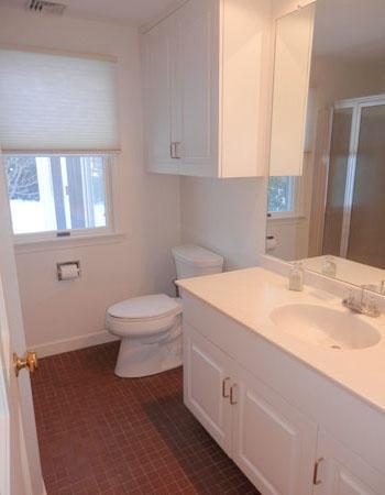 Baño con ducha, inodoro y lavabo