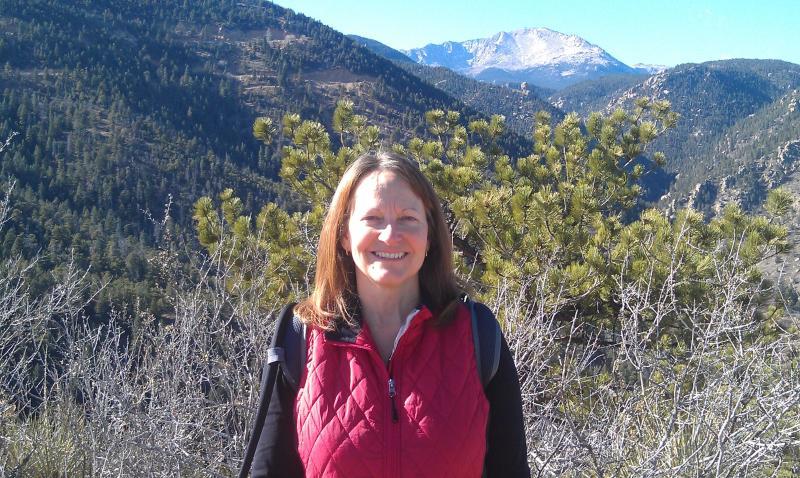 Propriétaire au sommet de la montagne rouge (Pike Peak en arrière-plan)
