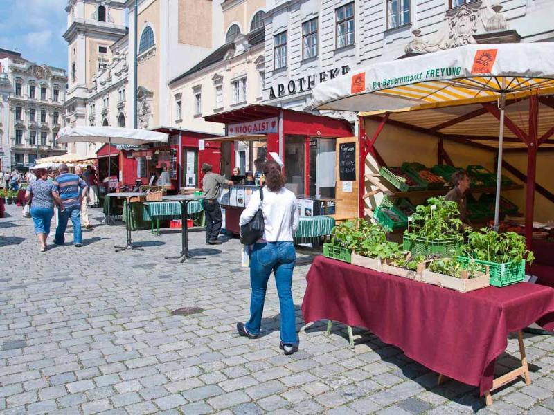 The organic farmer's market on the Freyung square: 4 minutes walk