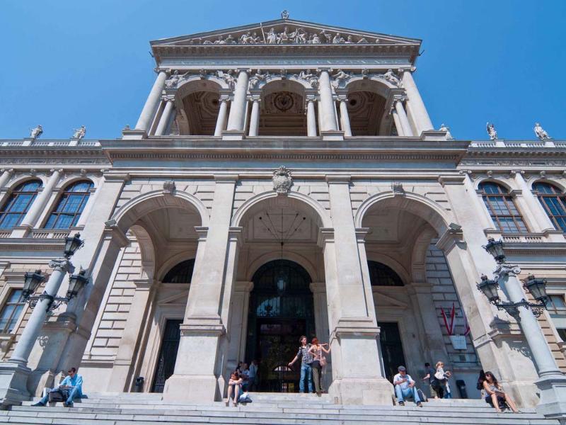 Vienna main university building: 7 minutes walk